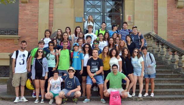 Los participantes en el intercambio, en la entrada a la sede de Policía Foral en Pamplona.