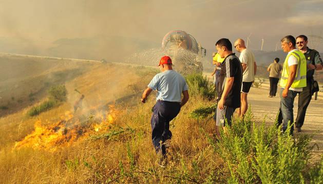 Voluntarios en las labores de extinción de uno de los focos ayudados por la acción de una cisterna cerca de Artajona.