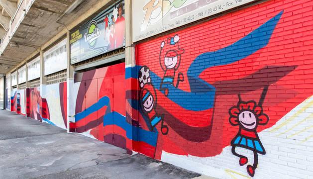 Mural en la fachada de El Sadar.