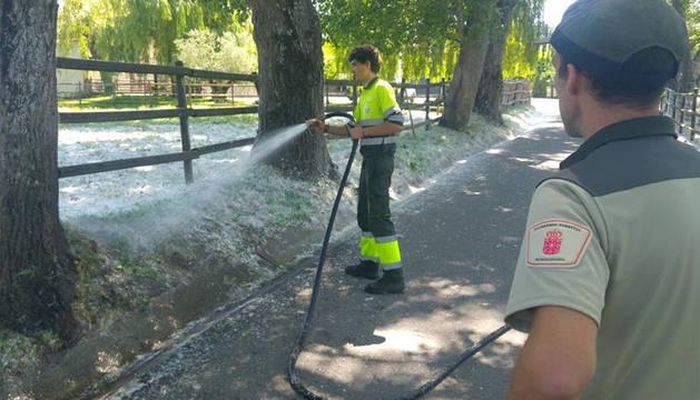 Labores de riego de las zonas de acumulación de pelusas de chopo en Pamplona.