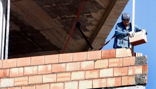 Un obrero trabaja en una vivienda de Bilbao.