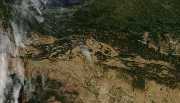 Las imágenes de la NASA muestran el incendio de Tafalla desde el espacio.