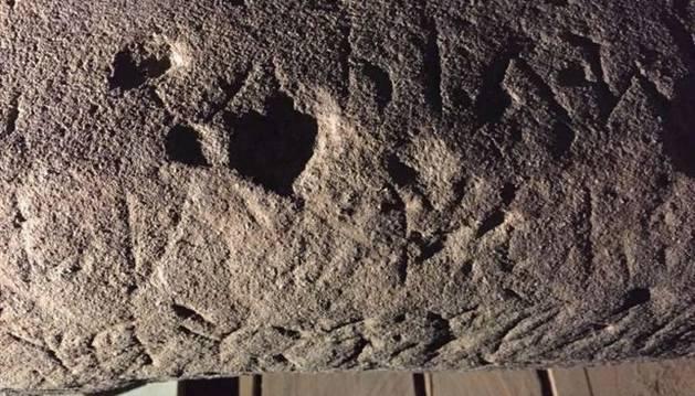 Imagen de la piedra con el nombre de la diosa grabado.