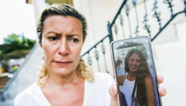 La madre de Diana, que se encuentra desaparecida desde el pasado 22 de agosto, muestra en el móvil la foto de su hija.