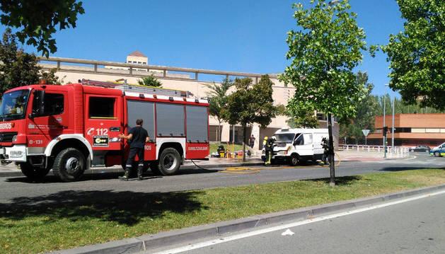 Apagan un fuego en una furgoneta en Pamplona