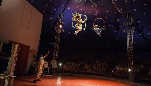 Dos acróbatas 'danzan' bajo la carpa del circo de Sendaviva bajo la atenta mirada del público.
