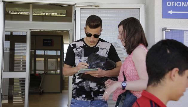Álex Berenguer firma un autógrafo a una aficionada.