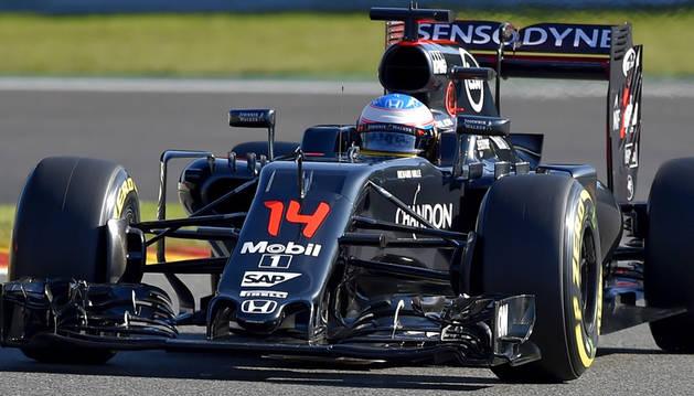 El piloto español de McLaren Honda, Fernando Alonso, conduce su coche durante la primera sesión de entrenamientos en el circuito de Spa-Francorchamps en Spa.