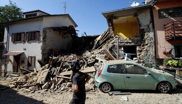 Un bombero inspecciona los edificios destruidos después del terremoto.