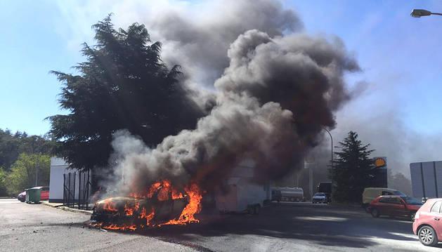 Arde por completo un vehículo en la gasolinera de Lekunberri