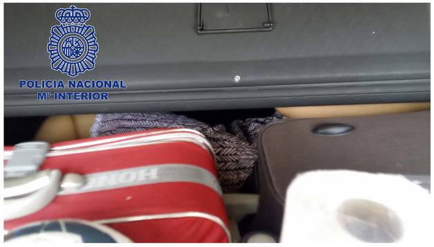 Fotografías facilitada por la Policía Nacional que rescató el pasado día 23, en el Puerto de Ceuta, a una inmigrante oculta en el maletero de un turismo.