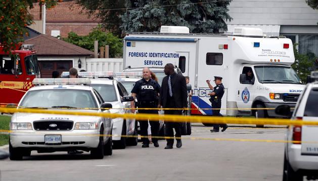 Agente del policía en el lugar del suceso, en el centro de Toronto.