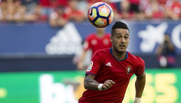Sergio León corre en busca de un balón durante sus primeros minutos como jugador de Osasuna el día de su debut en Primera División.