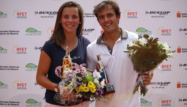 Marta Sexmilo y Eduardo Sanz, con el título de campeones navarros.