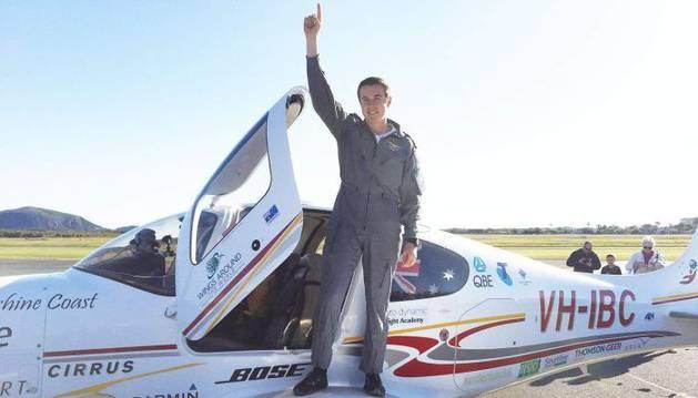 Lachlan Smart aterrizó este sábado con su aeronave Cirrus SR22 en el aeropuerto de Maroochydorem.