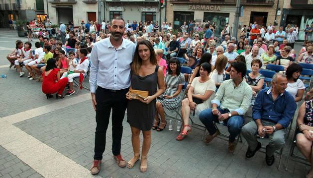 La coordinadora de la Asociación de Comerciantes de Corella, Fabiola Cárcel Zapatero, sostiene el 'Hocete de Oro 2016' junto al alcalde de la ciudad, Gorka García Izal.