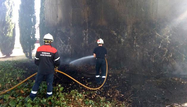 El fuego ha afectado a una de las paredes laterales del puente de acceso al centro comercial Galaria.