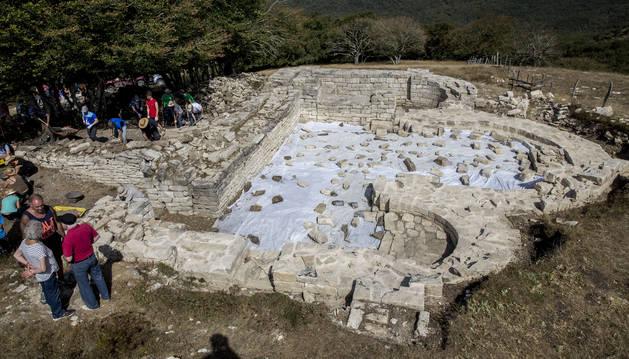 Vista general de los restos  del monasterio de San Esteban de Juslapeña en Larumbe.