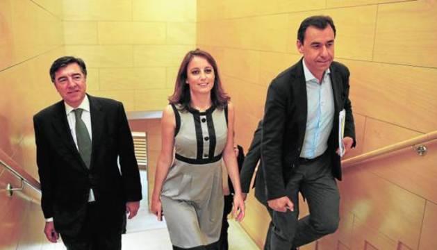 Los integrantes del equipo negociador del PP José Antonio Bermúdez de Castro, Andrea Levy y Fernando Martínez-Maíllo (i-d), en un receso de las negociaciones.