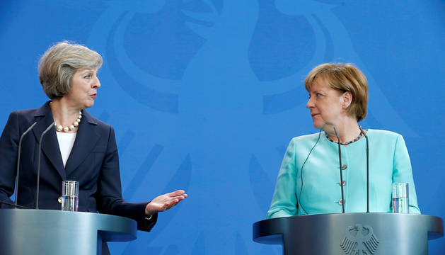 Theresa May, junto a Angela Merkel.