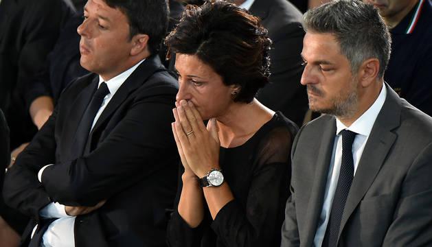 El primer ministro de Itali,a Matteo Renzi, junto a su mujer, Agnese Landini, durante el funeral celebrado este sábado en Ascoli Piceno.