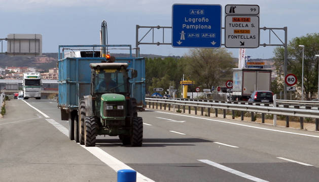 Un tractor circula por la autovía en el tramo de la variante de Tudela cuando todavía estaba permitido.
