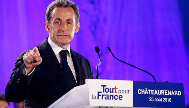 Sarkozy ofrece un discurso durante el primer acto de su campaña electoral en Châteaurenard, Francia.