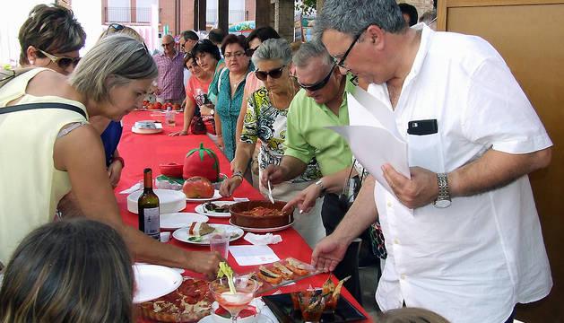 El jurado cata los platos elaborados con tomate en la edición del Día del Tomate de 2015.