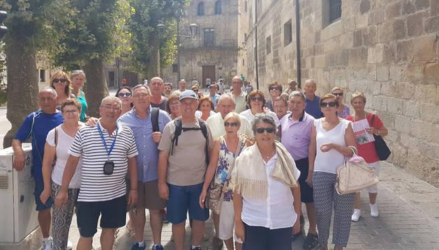 Turistas durante una visita guiada por el centro histórico de Estella.