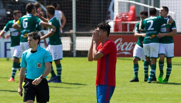 Luis Perea lamenta el gol conseguido por Camochu mientras los jugadores del Coruxo lo celebran.