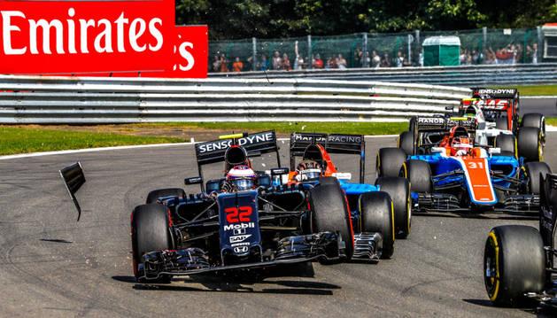 Jenson Button (L), de McLaren-Honda, en la acción durante el 2016 de Fórmula Uno Gran Premio de Bélgica en el circuito de Spa.