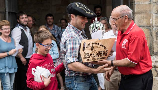 Miguel Ángel Iriarte recoge el premio al queso ganador junto a su hijo.