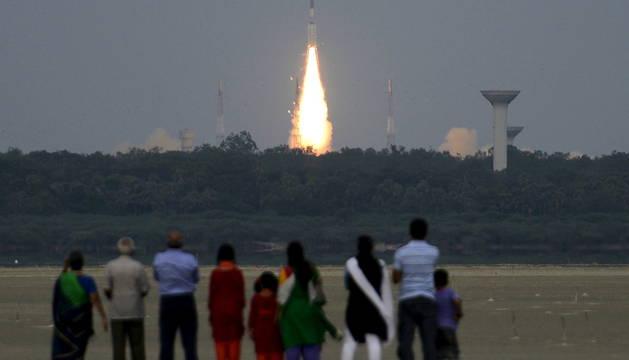 Gente mirando el lanzamiento de un cohete en la India |