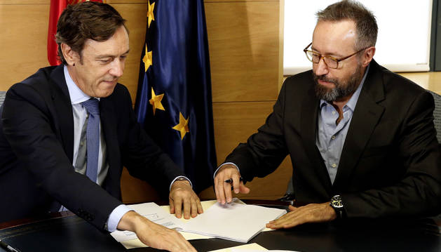 El portavoz del PP en el Congreso, Rafael Hernando, y el de Ciudadanos, Juan Carlos Girauta,durante la firma del acuerdo de investidura.
