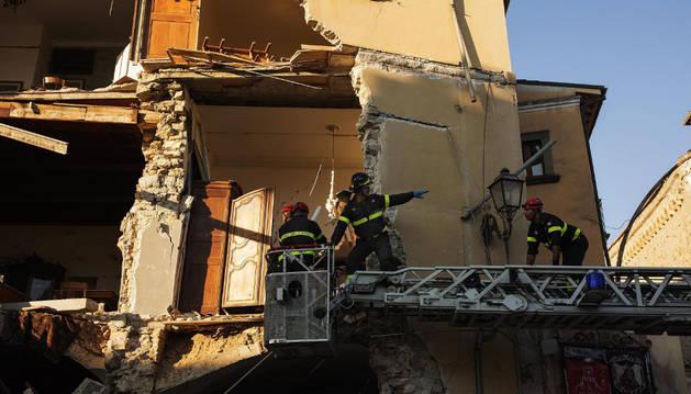 Los equipos de rescate cavan entre los escombros en la población afectada por el terremoto de Lazio de Amatrice.