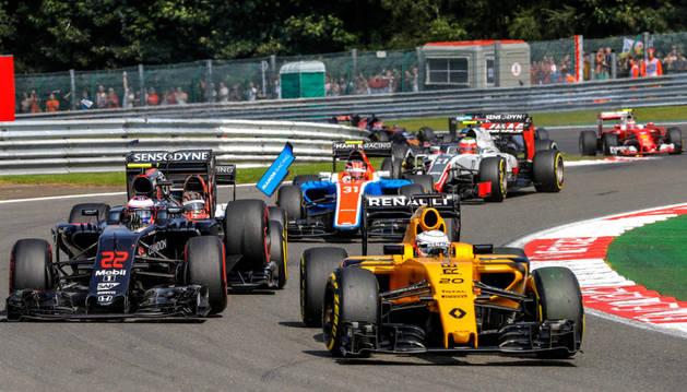 El piloto danés de Renault, Kevin Magnussen (derecha), en acción junto al británico Jenson Button, conductor de McLaren-Honda.