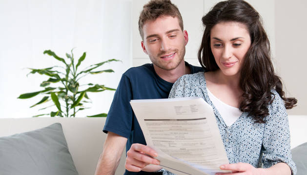 Una pareja prepara los papeles para contraer matrimonio.