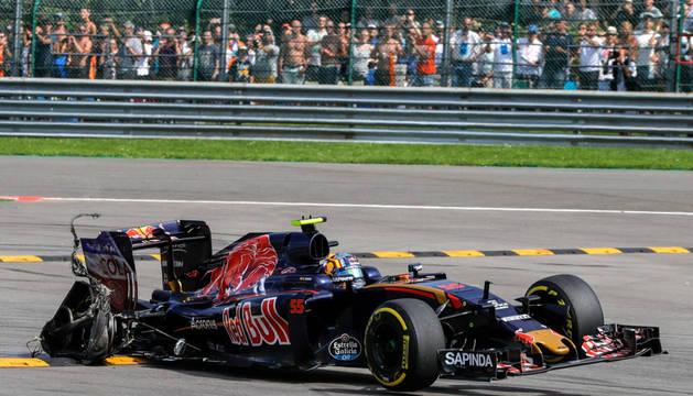 El piloto español de Fórmula 1, Carlos Sainz, de la Scuderia Toro Rosso se sale de la pista con un neumático desinflado durante el 2016 de Fórmula Uno Gran Premio de Bélgica