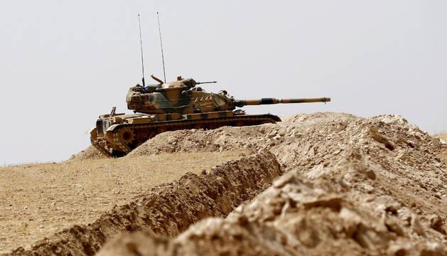 Soldados turcos esperan en sus tanques mientras se preparan para una operación militar en la frontera con Siria como parte de su ofensiva contra el Estado Islámico en Siria.