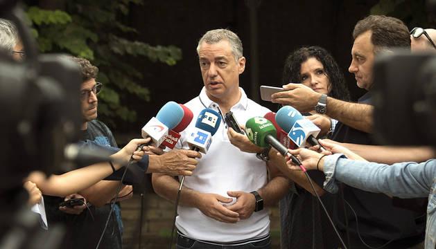 Íñigo Urkullu atiende a los medios en Llodio (Álava).