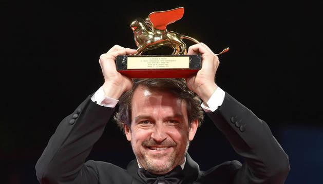 El director venezolano Lorenzo Vigas posa con su 'Leon de Oro' del Festival de Venecia en 2015.