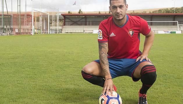 El delantero fue presentado en Tajonar tras su debut contra la Real Sociedad