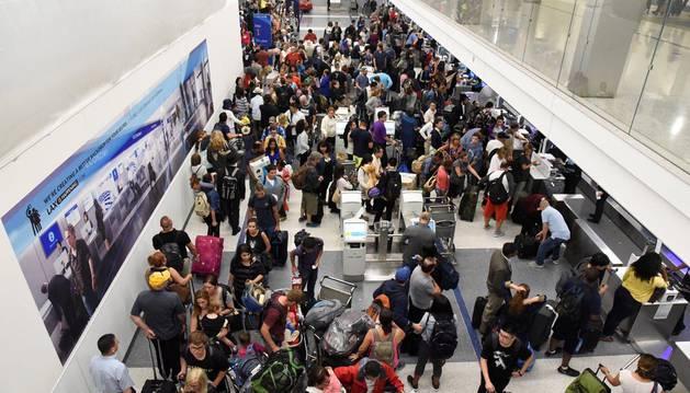Cierran parte del aeropuerto de Los Ángeles para investigar un falso tiroteo