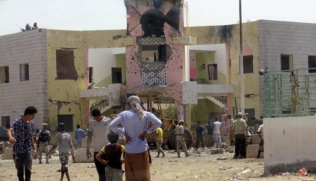 Centro de reclutamiento del Ejército en la ciudad de Adén, en el sur del Yemen, donde se produjo el ataque suicida.