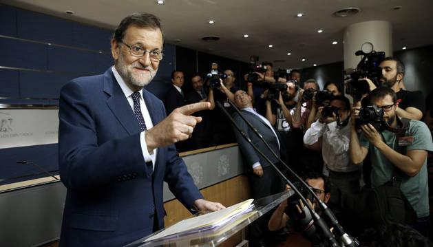 El presidente del Gobierno en funciones, Mariano Rajoy, tras la reunión con el secretario general del PSOE, Pedro Sánchez.