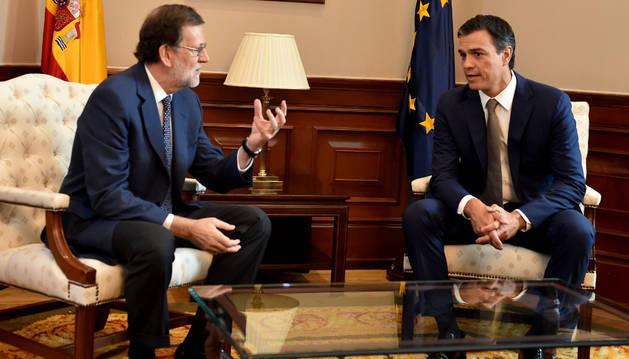 El presidente del PP y del Gobierno en funciones, Mariano Rajoy (i), y el secretario general del PSOE, Pedro Sánchez, se han reunido este mediodía en el Congreso.