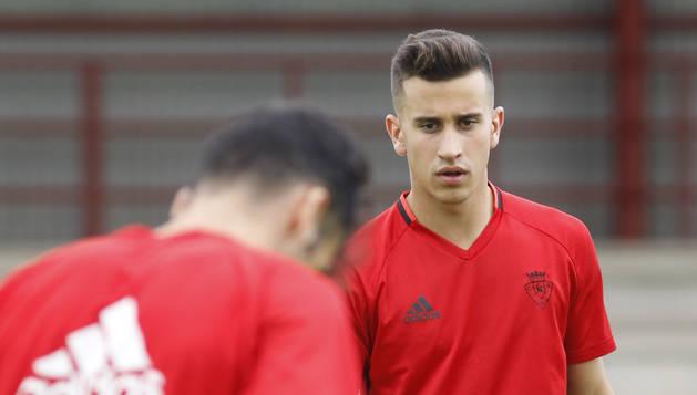 Álex Berenguer, durante el entrenamiento al margen del grupo que realizó el lunes en Tajonar.