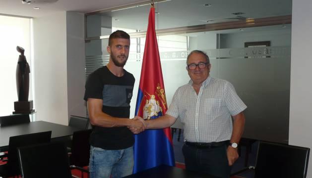 Oier Sanjurjo y Luis Sabalza, durante la renovación del contrato.