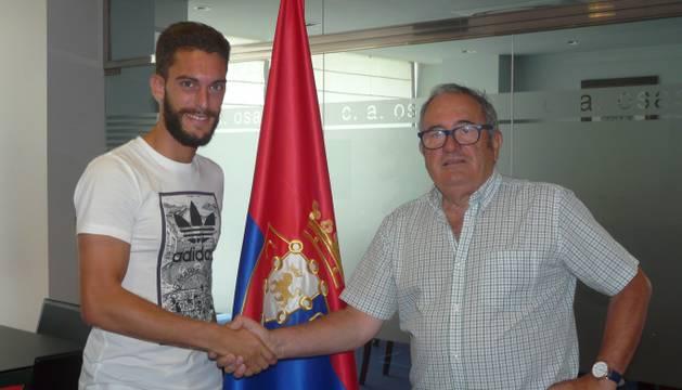Roberto Torres y Luis Sabalza, durante la renovación del contrato.
