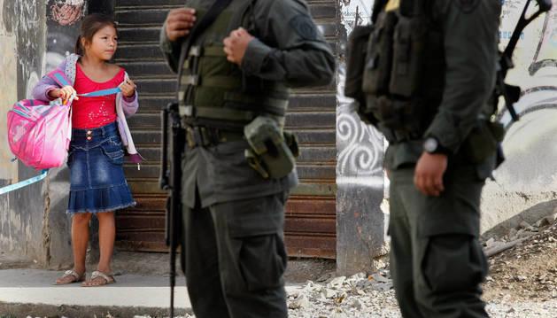 Policías prestan guardia en Toribío, Cauca (Colombia).